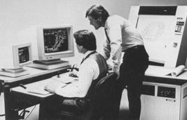 コンピューターを覗く男性2人