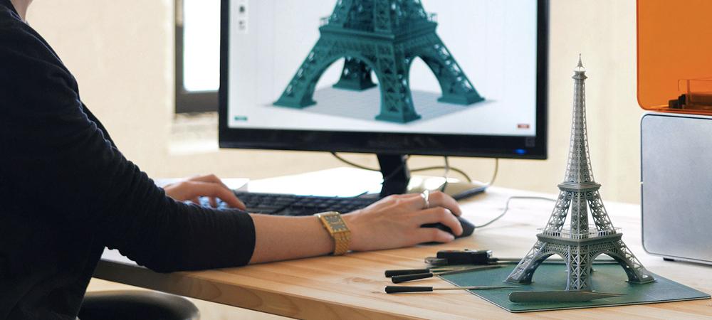 3Dプリンター用のデータを作る男性