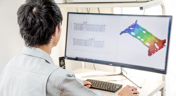 パソコンでCADソフトを操作する男性